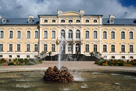 rundale: Rundale Palace in Lettonia. La fontana in primo piano.