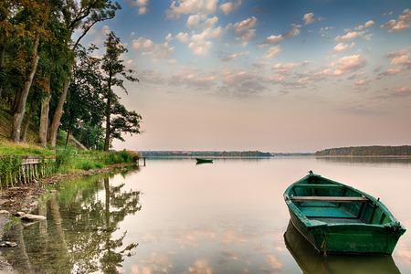 Roeiboot zwevend boven het meer Elk wateren. Mazurië, Polen.