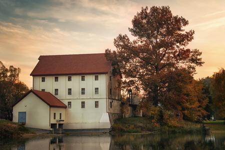 molino de agua: Sol a trav�s de antiguo molino de agua en Straduny. Masuria, Polonia.