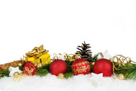neige noel: D�coration de No�l inf�rieure avec des boules, des �toiles, des c�nes et des cadeaux sur fond blanc.