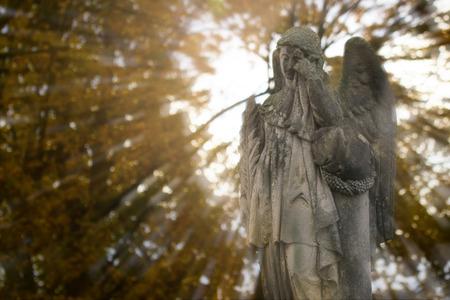 Schreiender Engel-Statue am alten Friedhof im Herbst. Doppelbelichtung.