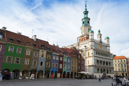 townhouses: Poznan, Poland - September 29, 2016:  People visiting Poznan Old Town with beautifully decorated the city hall and colorful townhouses  so called domki budnicze.