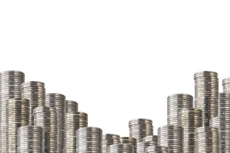 Filas de pilas de monedas aisladas en blanco. Baja la decoración con dinero.