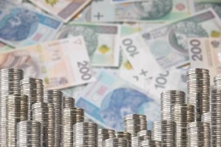 Filas de pilas de moneda en el fondo defocused dinero. Menor decoración con dinero