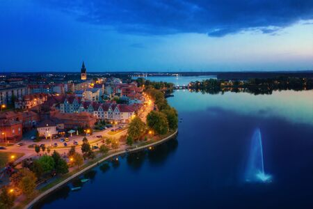 Elk Lake por la noche. Vista aérea. Masuria, Polonia.