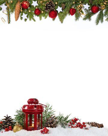 Decorazione di Natale quattro quinti con lanterna, palline, stelle, coni su sfondo bianco.