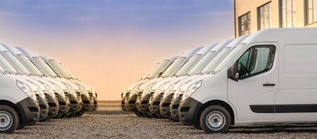 kommerzielle Lieferwagen in zwei Reihen geparkt. Transportdienstleistungsunternehmen.