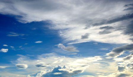 nuage blanc et ciel bleu