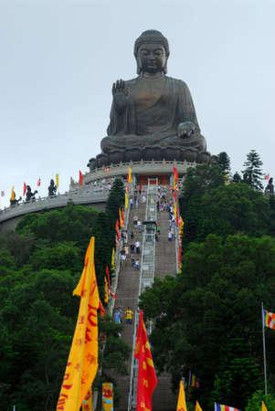 lantau: Un Buddha gigante con bandiere celebrare il suo compleanno Archivio Fotografico