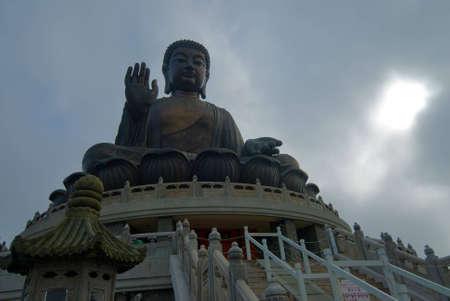 lantau: Un Buddha gigante alla parte superiore di una collina nellisola di lantau Archivio Fotografico