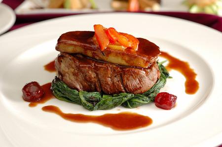 Tournedos Rossini. Solomillo con foie gras. Plato de carne francés con foie gras y picatostes.