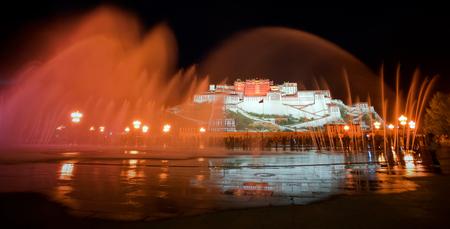 라싸, 티베트 음악 광장에서 포탈라 궁의 야경 에디토리얼