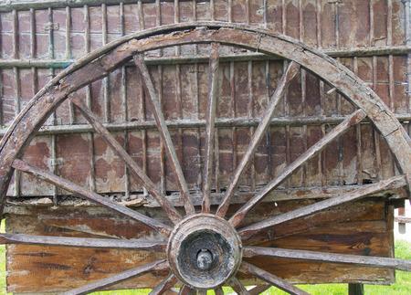 carreta madera: Rueda y los restos de un viejo vagón de madera
