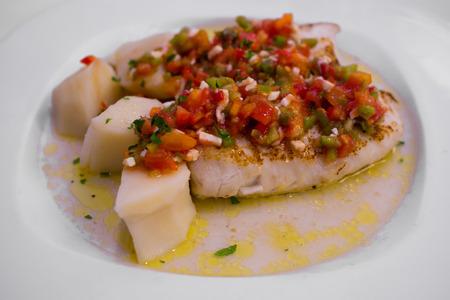 tomate: Merlu avec lave-l�gumes vinaigrette de cuisine galicienne, Espagne Banque d'images