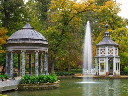 Pond of the Chinescos ist ein künstlicher See, ein Tempel im griechischen Stil, ein Tempel im chinesischen Stil und ein ägyptisches Granit-Mausoleum. Aranjuez, Madrid, Spanien