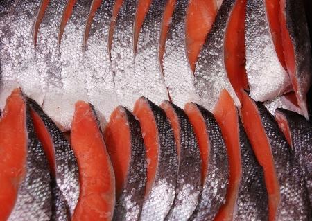 salmonidae: fresh orange-red salmon slices for sale