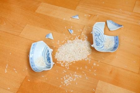 humanismo: Cuenco de arroz se ha roto - s�mbolo de la destrucci�n existencia de vida m�nimo