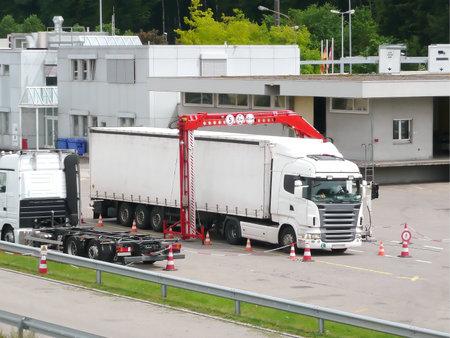 Thayngen, Zwitserland - 22 mei 2012: een lading voertuig gaat door een mobiele x-ray controle aan de Zwitsers-Duitse grens