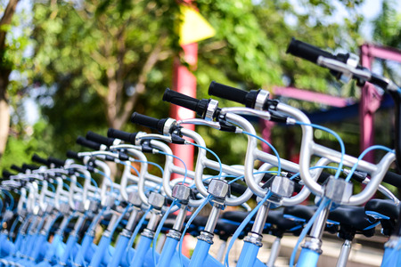 A row of shared bicycles 報道画像