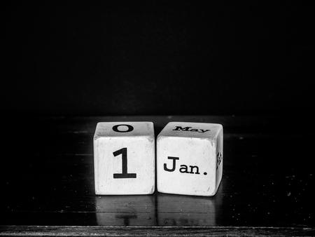 enero: 1 ª de enero de feliz año nuevo con madera blanca calendario cubo blanco-negro
