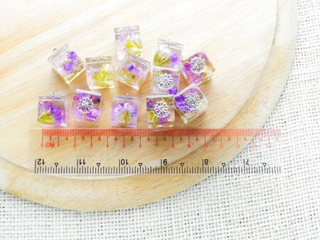 Dried flower in crystal clear resin pendant necklace, pendant with a real flowers. Imagens