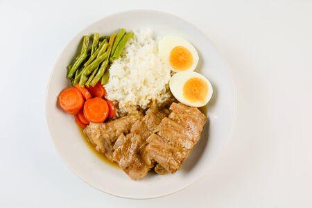 Costillas de cerdo al horno con arroz, huevo y verdura