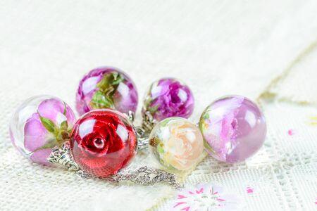 Collar con colgante de rosa seca en resina cristalina, colgante con una rosa real.