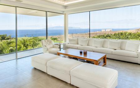Wohnraum in der modernen Villa mit Meerblick