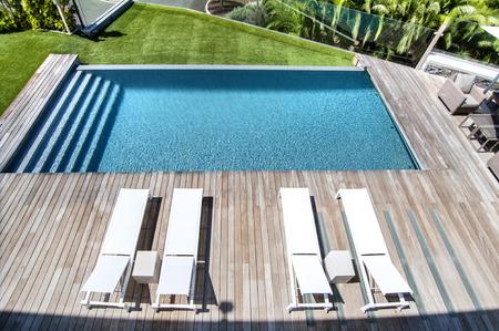 natacion: Relájese cerca de la piscina Foto de archivo