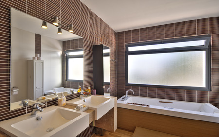 bathroom: moderno cuarto de baño en villa de lujo Foto de archivo