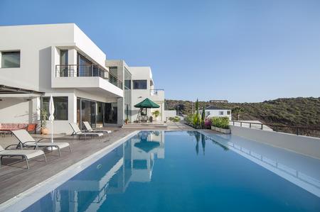 poblíž: Luxusní vila s bazénem Reklamní fotografie