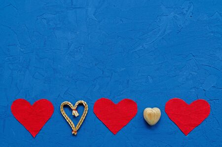 zero waste concept. environmentally friendly flax hearts, wooden, straw on a blue background. Congratulations on Valentine's Day, birthday or other holiday. horizontal orientation blank for postcards Banque d'images