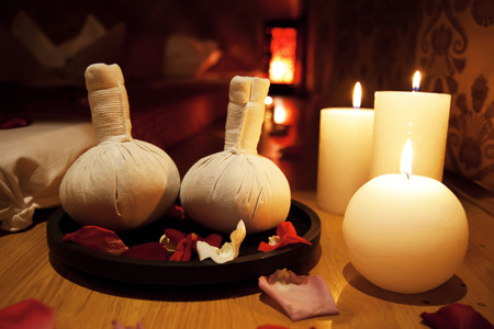 Achtergrondzakmassage met kaarsen