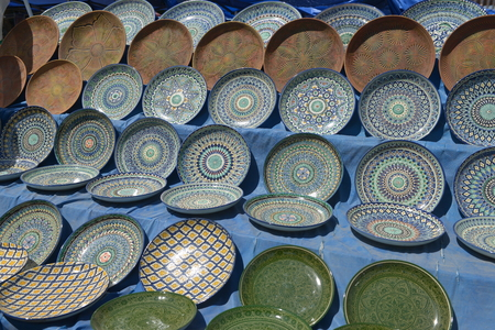 Oriental tableware and Uzbek Souvenirs are sold at the Central Bazaar in Tashkent. Фото со стока