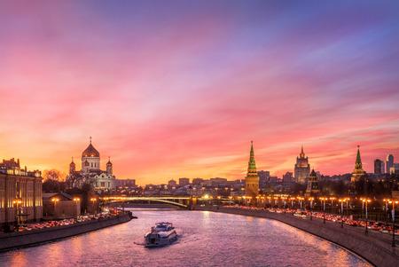 Escarlata resplandor de la puesta de sol sobre el río Moscú y el Kremlin Foto de archivo - 73970451