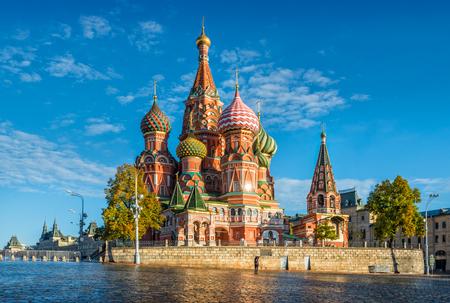 모스크바의 붉은 광장에 푸른 하늘과 성 바실 성당