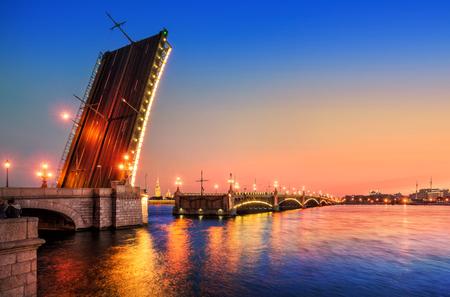 De geopende Trinity-brug over de Neva. Witte nachten in St. Petersburg Stockfoto