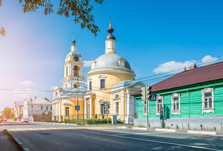Ascension church of yellow color in Kolomna on a sunny spring day and bright blue sky Stockfoto