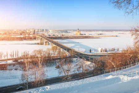 View of the Kanavinsky Bridge over the Oka River in Nizhny Novgorod and the Alexander Nevsky Cathedral on a sunny winter day Foto de archivo