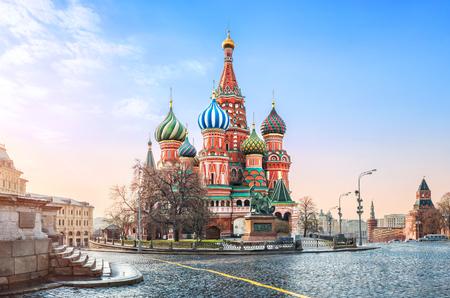 Sanft blauer Himmel über der Basilius-Kathedrale auf dem Roten Platz in Moskau und den Stufen von Lobnoe Mesto Standard-Bild