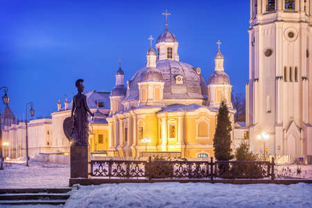 Resurrection Cathedral of the Vologda Kremlin and sculpture of Athena Pallas. View from the embankment of the Vologda river on a winter night. Foto de archivo
