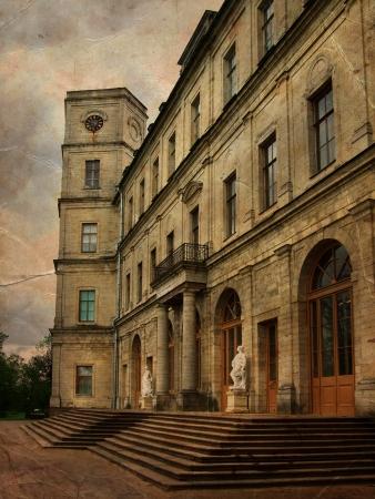 palacio ruso: Antiguo palacio clásico con las estatuas cerca de la entrada principal en el grunge y el estilo retro Retro Vintage tarjeta backgraund Foto de archivo