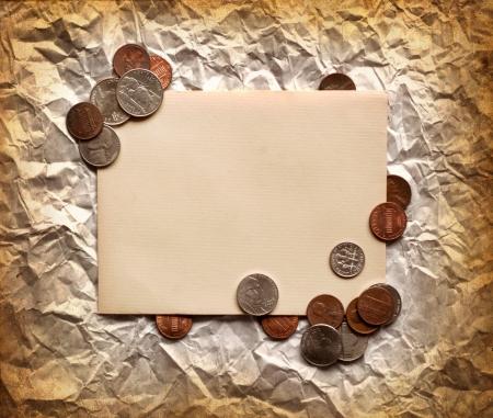 fondos negocios: Vintage composición decorativ con papel viejo y monedas, dinero finanzas fondo concepto Finanzas