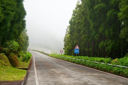 zichtbaarheid: Bergweg naar een sterke mist, slecht zicht