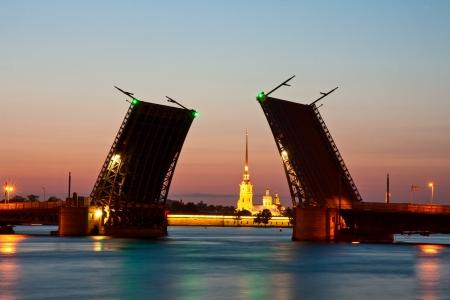 Bekijk op de Peter en Paul fort en verhoogde Palace brug in de zomer witte nachten, St Petersburg