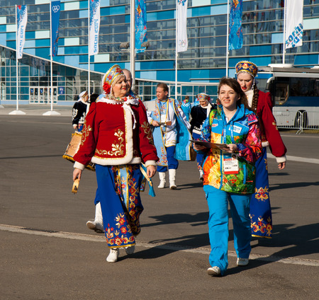 ソチ、ロシア。2014 年 2 月 7 日 - オリンピック大会の開始の式典の前にソチでのオリンピック公園でロシアの民族衣裳のアーティスト 写真素材 - 25870442