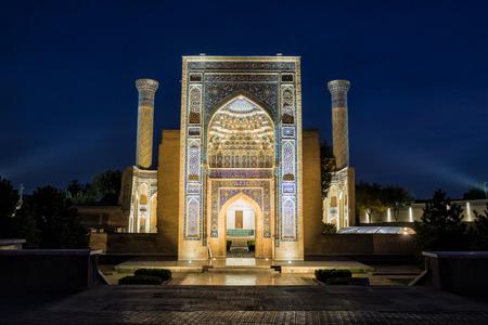 밤에는 Tamerlane (Amir Timur)과 그의 가족의 Gur-Emir 묘소. 사마르 칸트. 우즈베키스탄