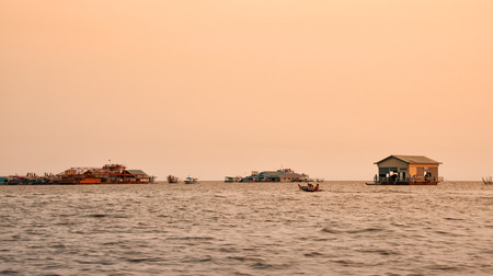 cambodge: Tourist attraction - Vietnamese floating village on Tonle Sap lake in the evening at sunset, Cambodia