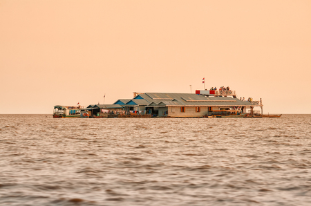 cambodge: Tourists in a floating village on Lake Tonle Sap watch the sunset in the evening, Cambodia