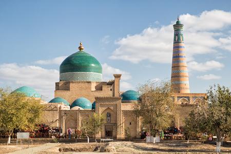 Khiva, uitzicht op het architecturale complex Pakhlavan Mahmud en de minaret van Islam-Khodja. Oezbekistan Stockfoto